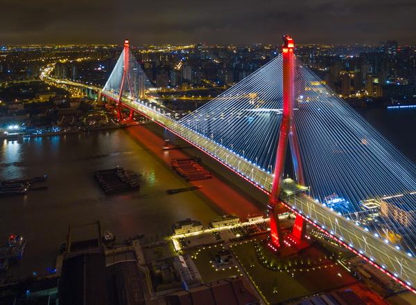 """披上""""彩衣"""" 杨浦大桥昨晚调试灯光"""