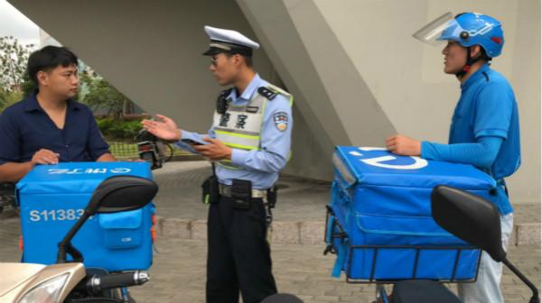 """杨浦警方整治送餐小哥""""用生命送外卖"""" 呼吁企业从源头规范"""
