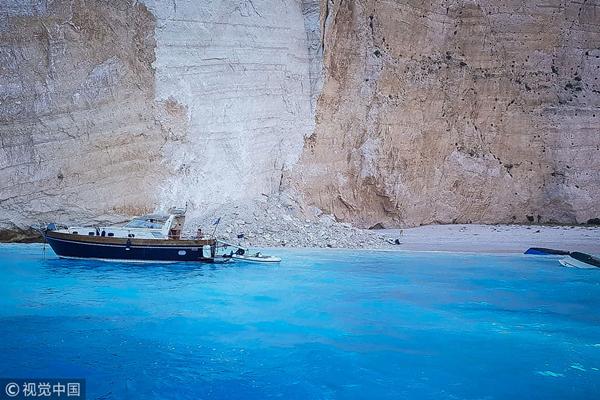 希腊旅游胜地沉船湾3艘游船倾覆 或有中国游客落水