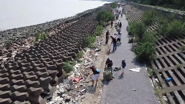 """上海滨江森林公园举办""""净滩""""公益活动 1000多名志愿者加入"""