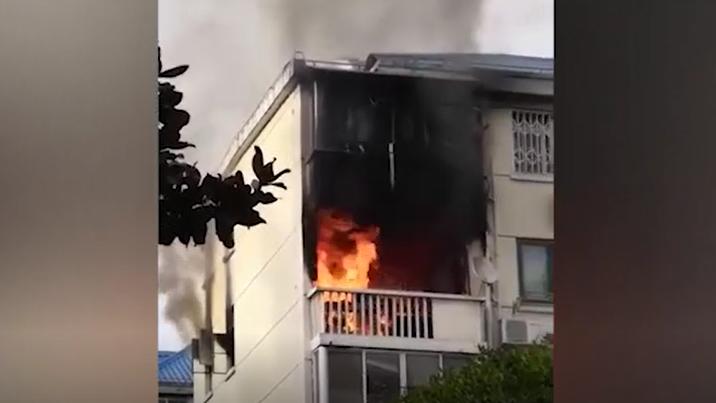 浦东潍坊八村一居民家阳台着火 无人伤亡