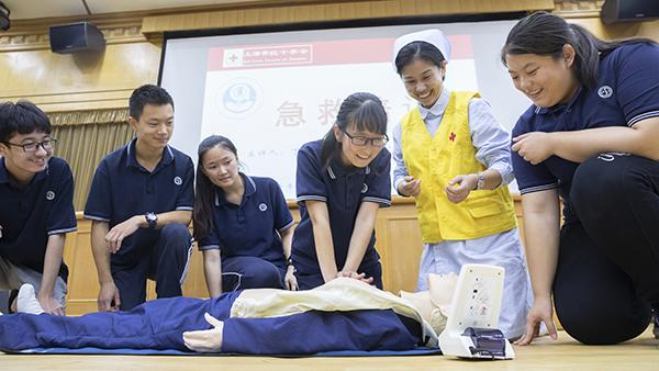 安全急救培训走进聋哑学校 志愿者手把手教自救互救技能