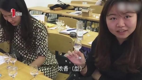 中国白酒学院开学,学生喝着五粮液上课?学生:只品不喝