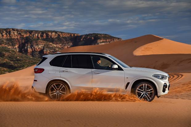 升级的发动机,新一代BMW xDrive智能全轮驱动系统配合全新底盘系统首次搭载在X车型上,将SAV的乘坐舒适性,越野性能和公路操控性体现的淋漓尽致。空气悬架、整体主动转向系统和越野套件同样发挥了至关重要的作用。增强的创新驾驶辅助系统还包括车道变更辅助功能、车道保持辅助功能、倒车辅助功能和交通堵塞驾驶辅助功能。除此之外,全新BMW X5标配BMW Live Cockpit Professional,配合最新一代人机交互系统BMW iDrive 7.