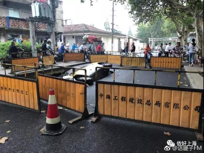 上海一出租车开着开着突然掉坑里了……