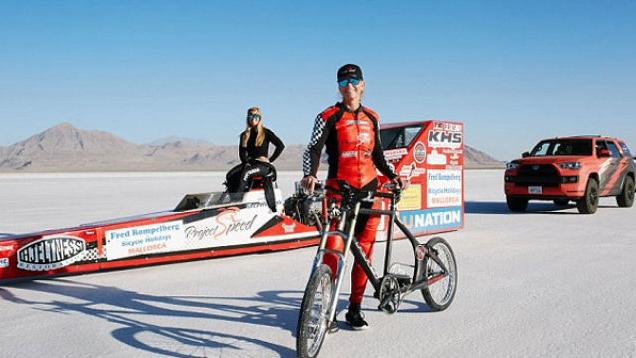 堪比高铁!美女子骑单车时速达296公里 破世界纪录