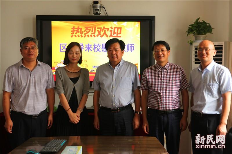 金山区政协副主席曹云辉来钱圩小学慰问教师