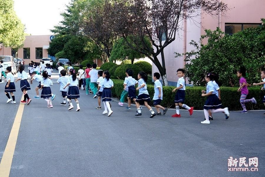 张堰小学举行防空警报试鸣疏散演练活动