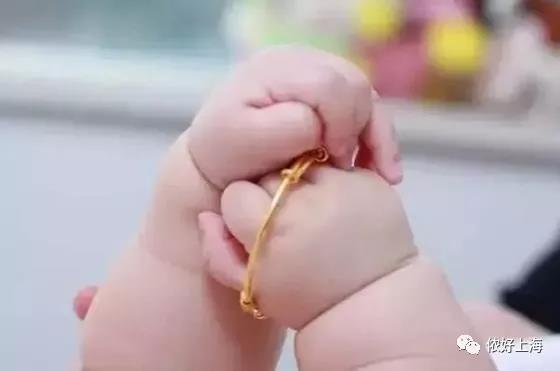 这女贼在上海专挑小宝宝下手,眨眼间偷走金饰!