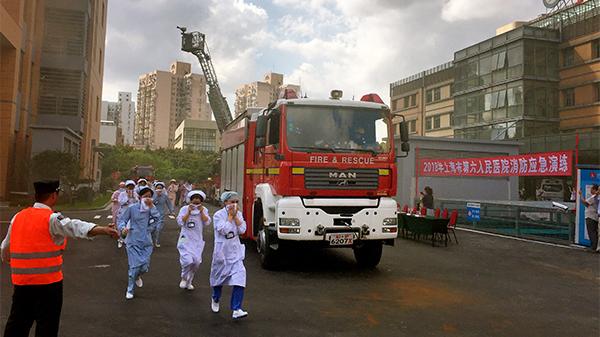 """医院""""着火""""了!市六医院节前举行消防应急演练"""