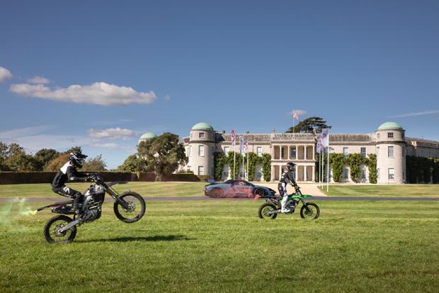 迈凯伦塞纳与三辆越野摩托车上演史诗对决