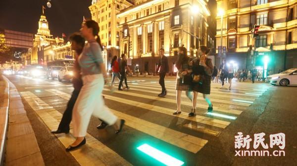 上海警方启用全国首套新型行人过街提示系统