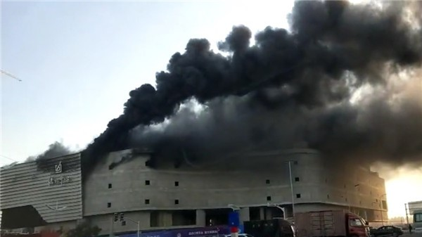 今晨青浦一在建房屋起火 无人员伤亡