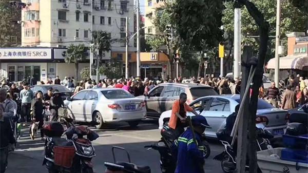 上海铜川路一男一女当街抢孩子? 警方辟谣!真相是这样的……