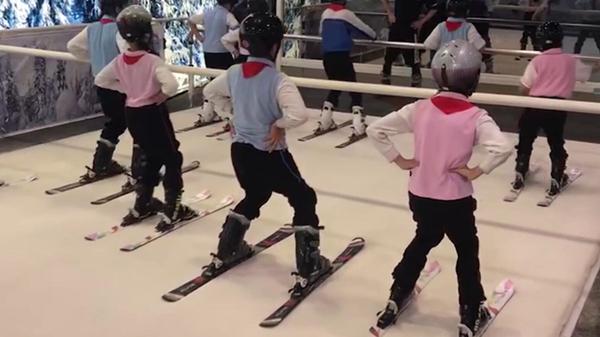 太喜欢了!体育课搬进滑雪场 上音实验学校开出滑雪体验课