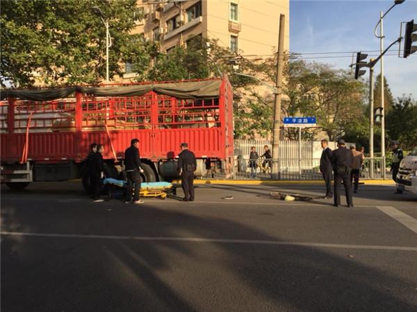 平凉路军工路路口大货车撞自行车 骑车男子不幸遭碾压身亡