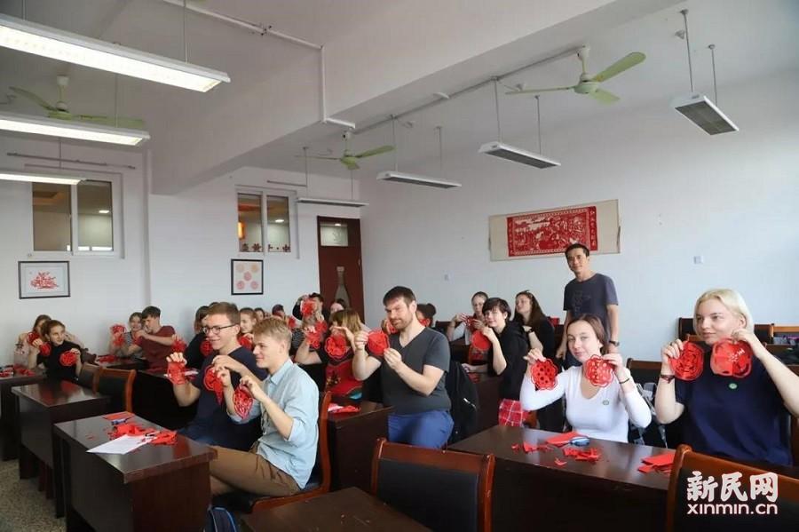廊下中学:阳光 足球 剪纸 世界