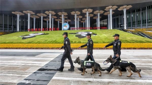 视频 | 青浦公安民警带警犬巡逻国展中心周边