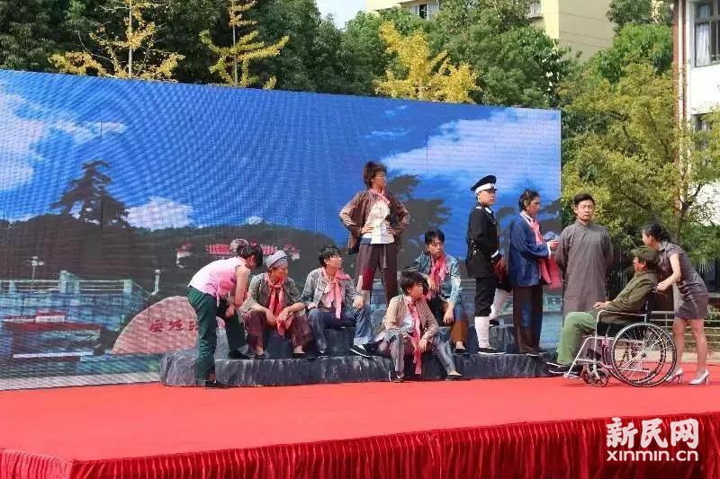 联建小学纪念改革开放40周年观剧活动暨班班唱颁奖仪式举行