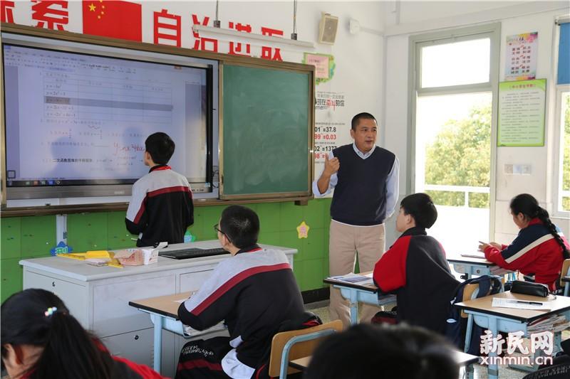 金山区教育学院教研员金鑫华老师前到钱圩中学指导教学工作