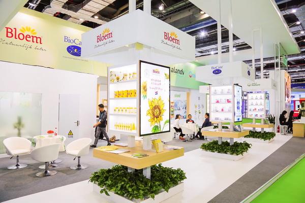 首届中国国际进口博览会医药器械及医药保健展区引人注目