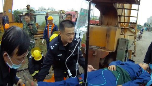 一女工在高空吊车内作业时突发心脏病 多方齐力施救搭起生命天梯