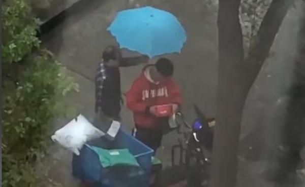 快递小哥冒雨送快递被偷后暴哭20分钟,派出所称已接到报警