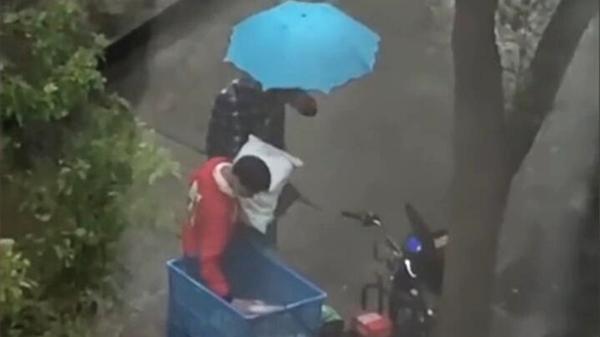 """快递小哥快递被偷雨中暴哭?警方澄清:""""被盗""""系拍摄者个人推断"""