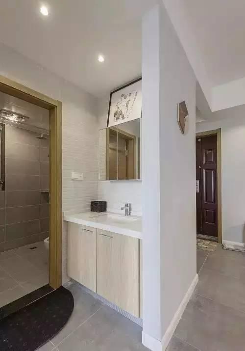 卫生间太小做不了干湿分离?把洗手台搬到外面就好了!
