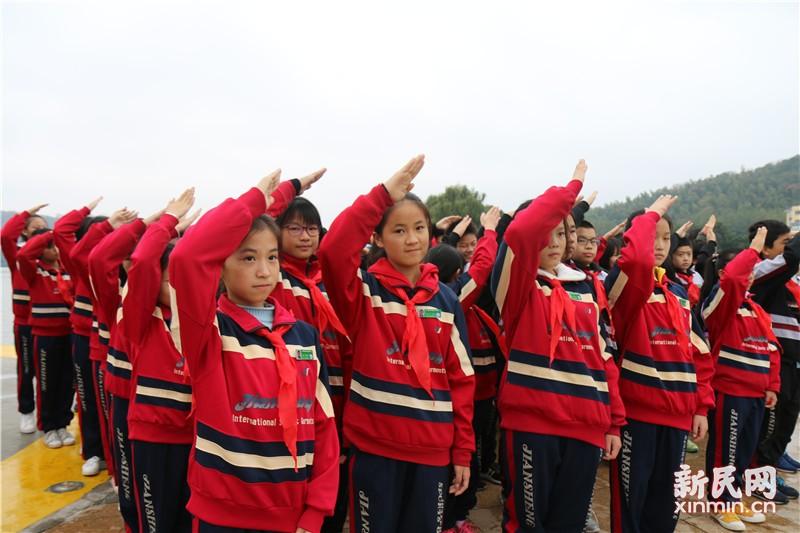 钱圩中学举行少先队换戴红领巾仪式