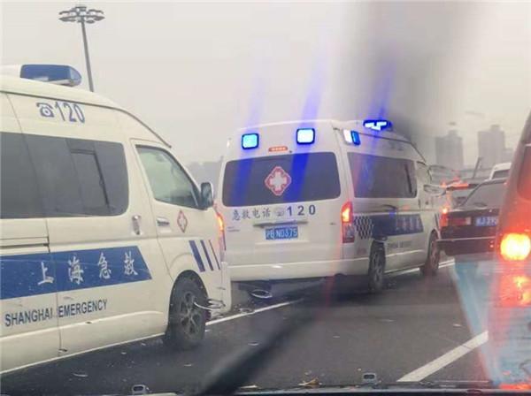 今天下午中环内圈靠近沪南路出口突发5车事故 未造成人员伤亡