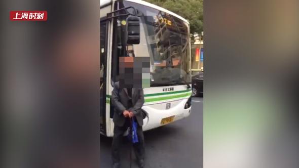 视频 | 88岁老人当街拦公交 只因找不到车站