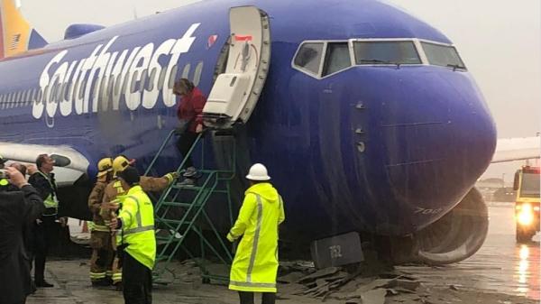 惊险!美国一架载117人航班冲出跑道 撞上护栏