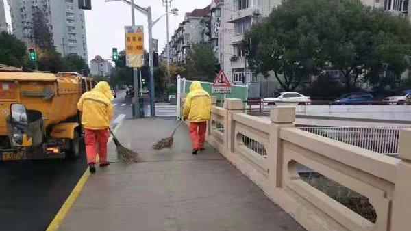 高速普遍限速 防滑草垫已铺:申城路政200余支应急抢险队伍严阵以待抗雨雪