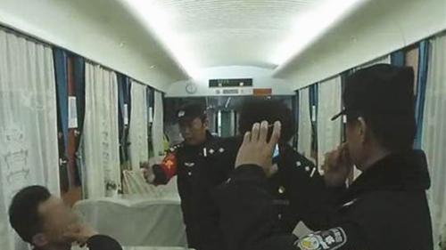 """五旬男子在列车上""""霸铺""""拒补票 被行政拘留"""
