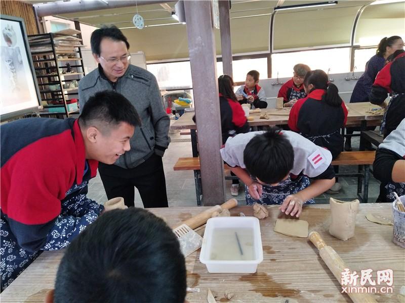 金山区教育学院姜秀权到钱圩中学指导陶艺教育工作
