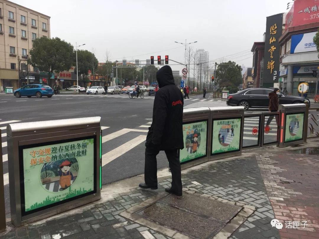 上海首个马路屏蔽门上线!和红绿灯同步~再也不怕有人乱穿马路啦!