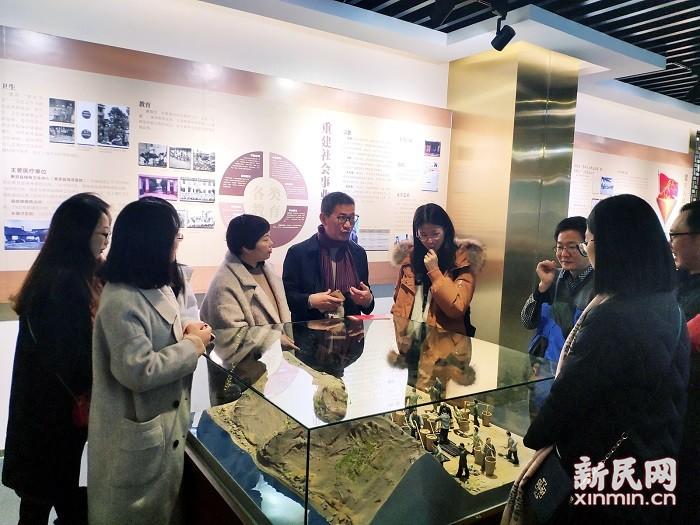 曙光中学党团员参观奉贤区改革开放40年图文展