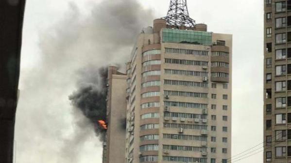 """宝丰大厦失火,居民:""""我闻到味道,走到楼道里的时候,已经全是烟了"""""""
