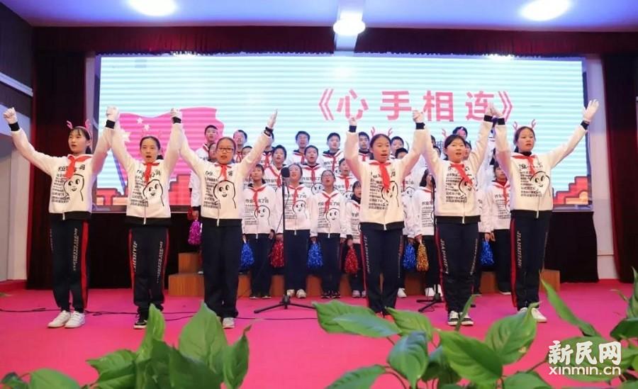 廊下中学:红歌嘹亮 队旗飘扬