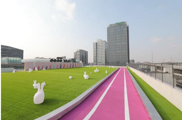 上海市中心最美屋顶免费开放!粉红色空中跑道!满满的ins风~
