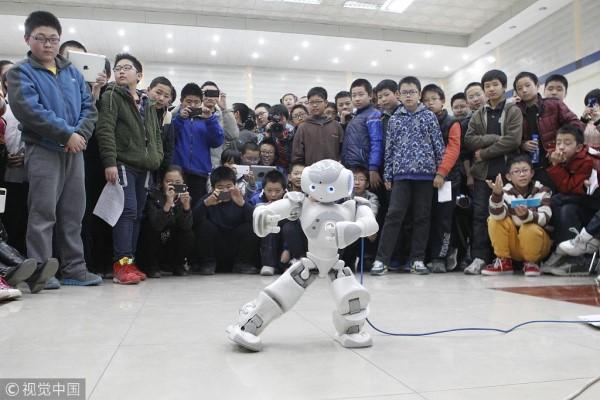 武汉一高校大学生自主研发深度学习机器人 会打太极