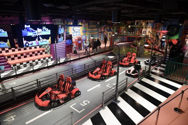 在商场里也能开赛车 全国首家方程市家庭娱乐中心落户大虹桥