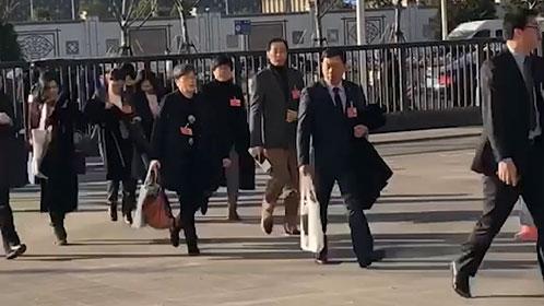 视频 | 上海市十五届人大二次会议开幕 代表步入世博中心