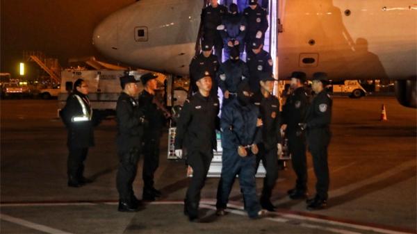 上海警方破获我国首起跨国制售假烟案涉案金额值超亿元 13名嫌疑人被押解回沪