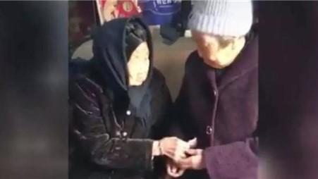 105岁母亲给74岁女儿压岁钱,网友泪目:在妈妈眼里永远是孩子