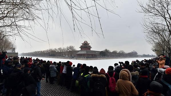 北京迎来第三场雪 游人扎堆故宫赏雪