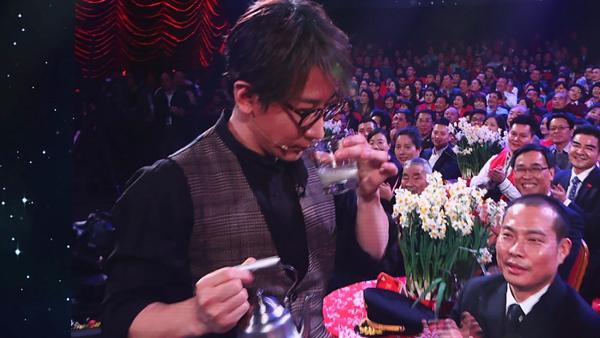 刘谦回应春晚质疑:说没有托,就是没有托。