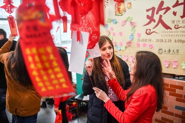 做花灯、猜灯谜,上海大学留学生体验中国元宵节