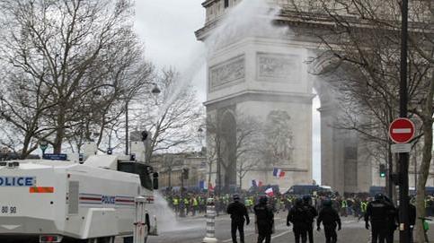 巴黎大规模示威重演暴力冲突